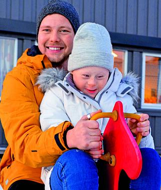 SØSKENKJÆRLIGHET: Storebror Morten er Helenes støttekontakt og store helt. Her har han hentet henne på skolen.