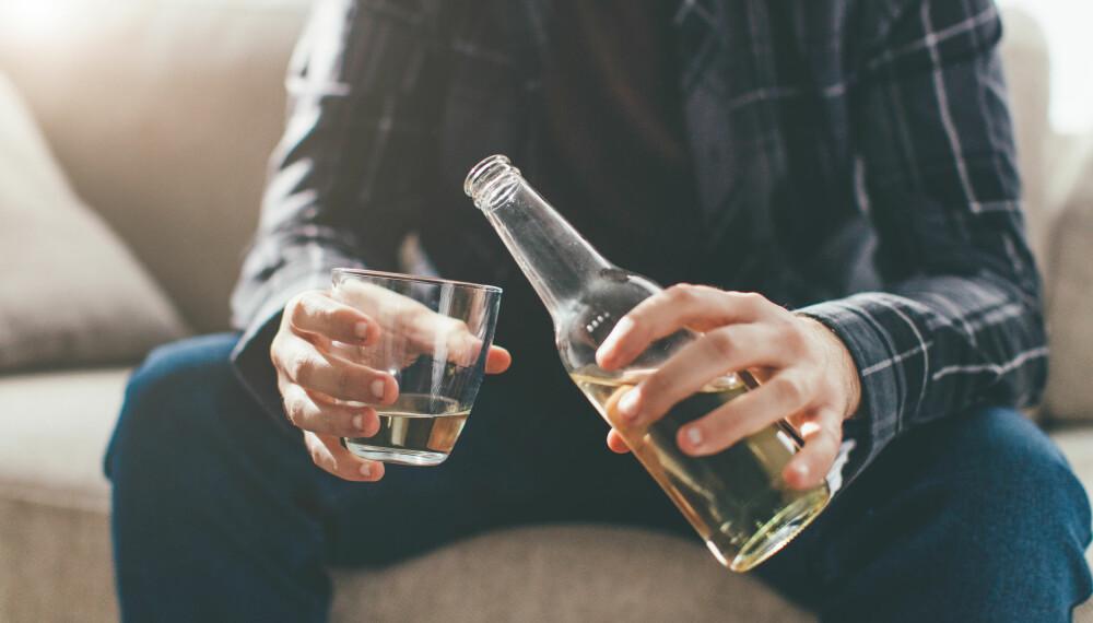 ALKOHOLISME: En av de første varsellampene som bør lyse er hvis du drikker når ingen andre drikker. Foto: Getty Images