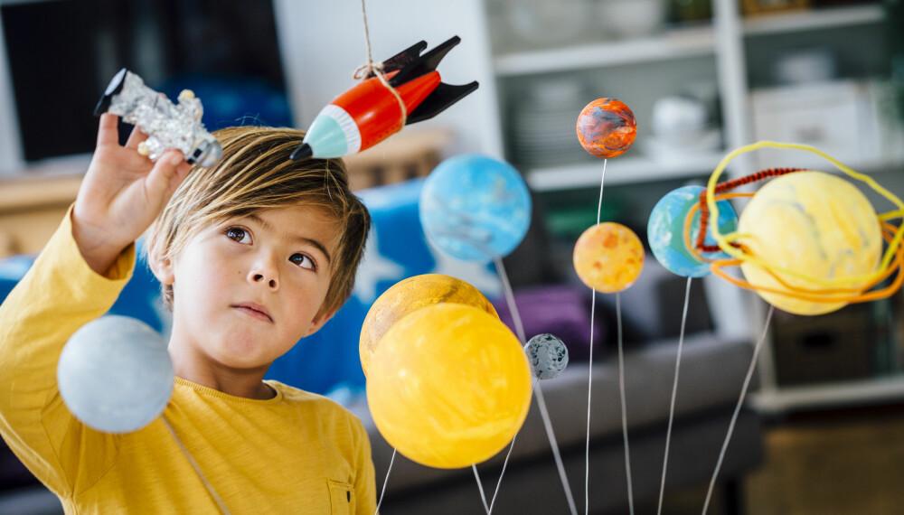 7-ÅRINGEN: For mange begynner de finmotoriske ferdighetene å bli bedre i denne alderen. Foto: Gettyimages.com.