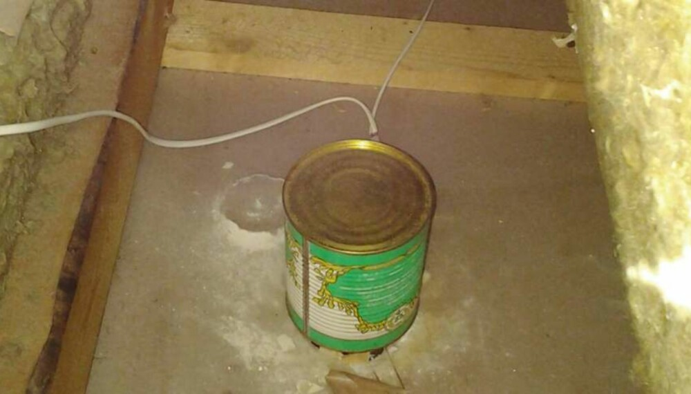 SVART ARBEID - KONSEKVENSER: I stedet for en godkjent elektrikerboks, ble det her brukt en strømførende hermetikkboks for å holde downlightsen unna isolasjonen på loftet. Foto: Anticimex