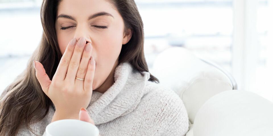 KONSTANT TRØTT: Lange gjesp og øyne som glipper er sikre tegn på at du egentlig burde sovet mer. Kanskje du legger deg for sent om kvelden - eller kanskje det feiler deg noe mer alvorlig. Det kan lønne seg å ta en tur til legen for å sjekke. Foto: Getty Images
