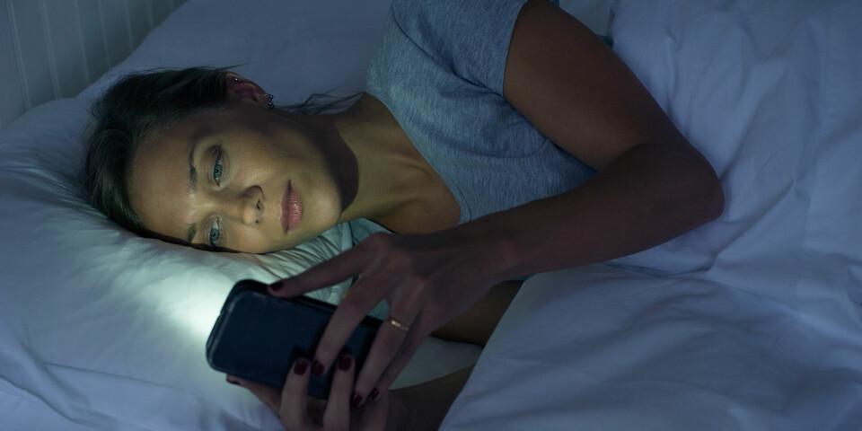 SØVNPROBLEMER: Noe av det verste du kan gjøre for nattesøvnen er å utsette deg for blått ledlys som kommer fra TV, data, nettbrett og smarttelefoner. Foto: Getty Images