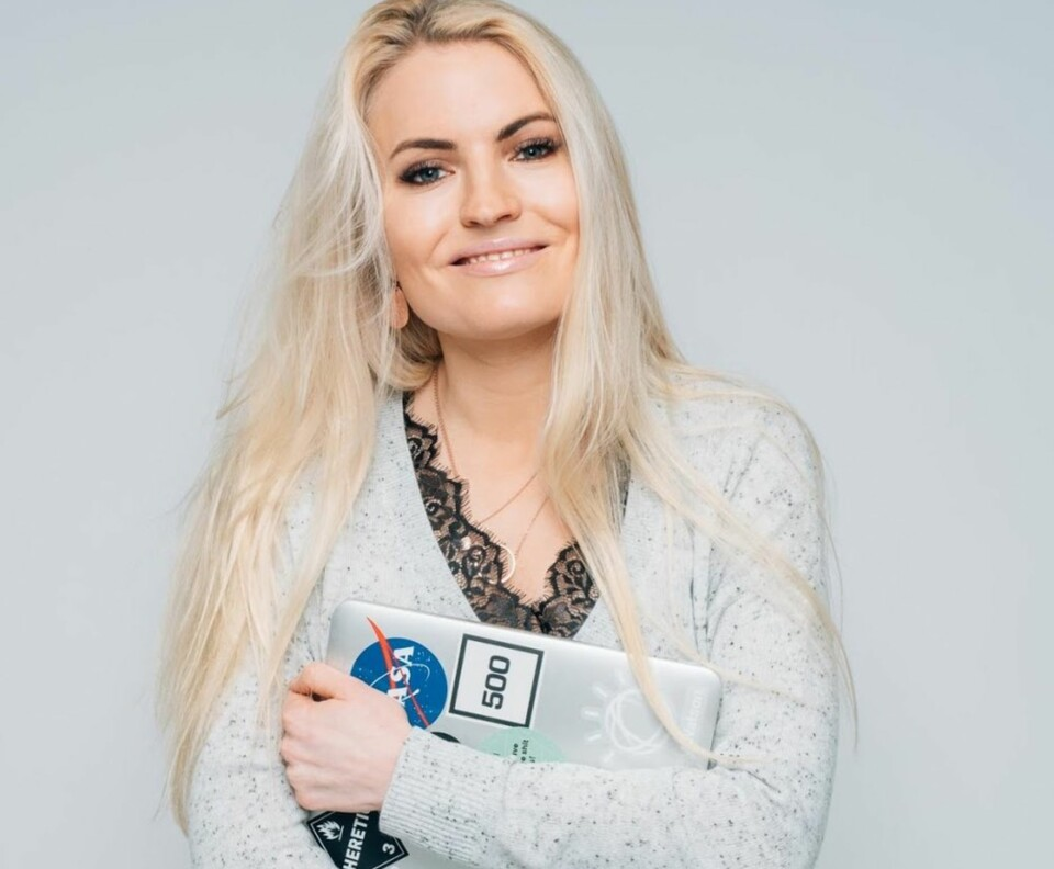 HOVEDLESER: Isabelle Ringnes (29) har et stort engasjement for å få kvinner inn i techbransjen. I 2015 grunnla hun TENK (Tech-Nettverket for Kvinner), som blant annet har vært med på å skape «Girl Tech Fest» – en tech-opplevelse på jenters premisser. Hun har tatt initiativet til Jenter Koder, og er digital leder i kampanjen for likestilling #HunSpanderer. Isabelle er altså over gjennomsnittet glad i teknologi, og boka hun har valgt er derfor ikke tilfeldig.