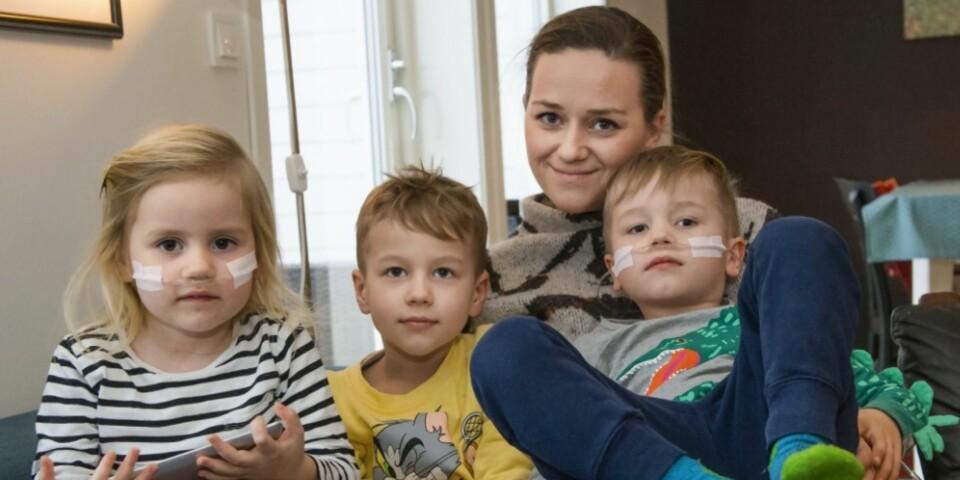 LIVET MED ALVORLIG SYKE BARN: Heli, Ailo, Bettina og Max Lindgren er en helt vanlig uvanlig familie . Både Max og Heli er koblet til oksygen, mens eldstemann har en tarm som ikke fungerer. Foto: Knut Vindfalle