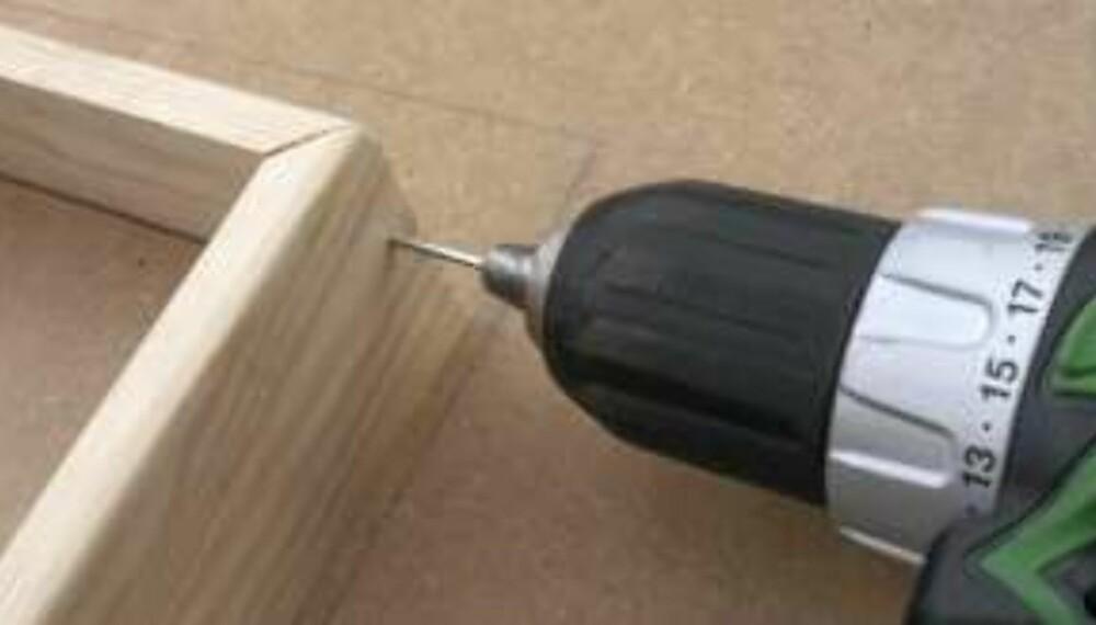 BOR: Utvendige gjæringer bør limes og stiftes. Klipp hodet av en spiker og bruk den som bor.