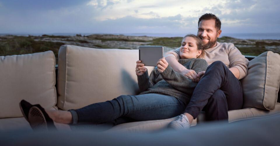 Den moderne familien kobler av i helgen, med både naturliv og god TV-underholdning.