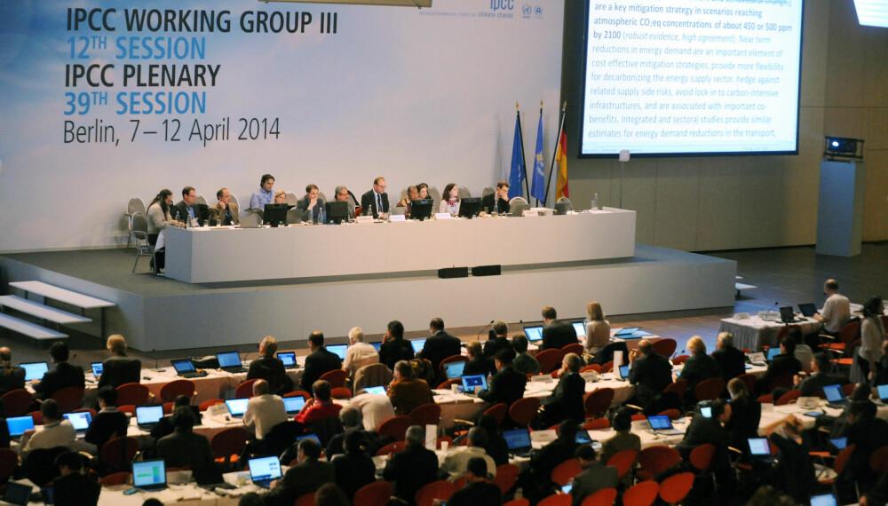 Bildet fra en av IPCCs plenumsforhandlinger der avsnitt for avsnitt om forskningsresultater forhandles om på en storskjerm.
