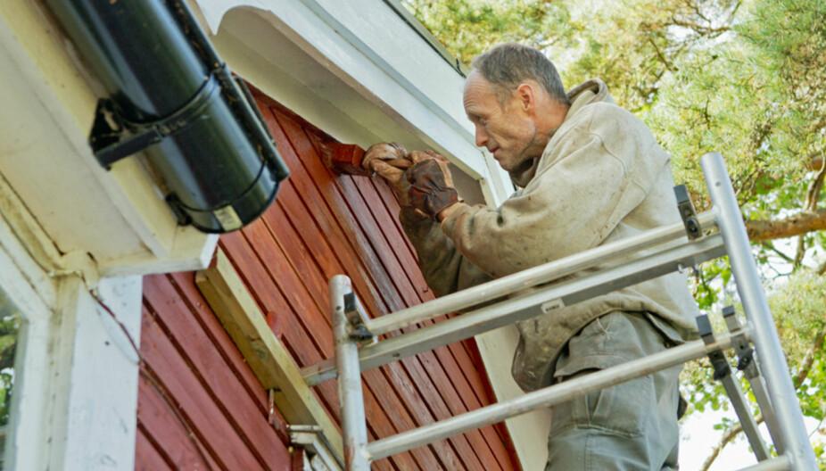 SIKKERHET: Stillas er absolutt det sikreste om du skal opp på en høy vegg og male. Du må forvente å betale noen tusen kroner for å få det montert, men det er en kostnad du bør vurdere.