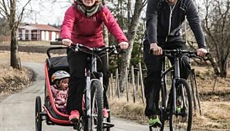 TESTFAMILIE: Miriam Askeland Thuen og Vegard Østhagen med barn har testet sykkelvogner for Foreldre & Barn og Klikk.no.