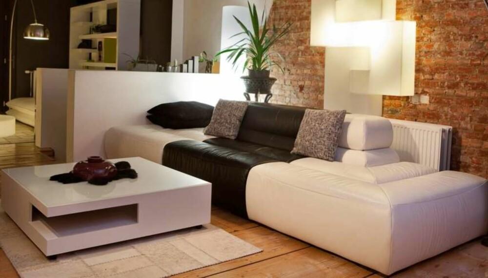INNREDNING OG MØBLERING AV HJEMMET: Når du innreder en ny bolig, er det mye som må tenkes gjennom før man setter i gang. Et gulvteppe i stuen for eksempel, rådes av interiørarkitekt Torunn Tøllefsen å være generøst nok til å plasseres under både stuebord og sofa – som det ikke er her. FOTO: Thinkstock
