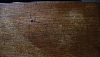 FLEKKER: Et bord som er preget av tidens tann, med ujevn farge og flekker. Foto: Kjersti Blehr Lånkan