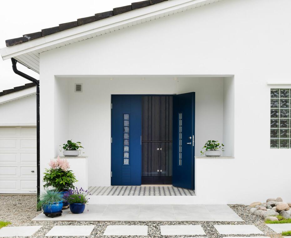 FASADEFORANDRING: Ved å plassere døren sentralt, er huset blitt mer utadvendt, og man ser umiddelbart hvor inngangen befinner seg. De kvadratiske hellene i rutemønster spiller videre på inngangspartiets rettvinklede linjer. Den gamle døråpningen er blitt murt igjen.