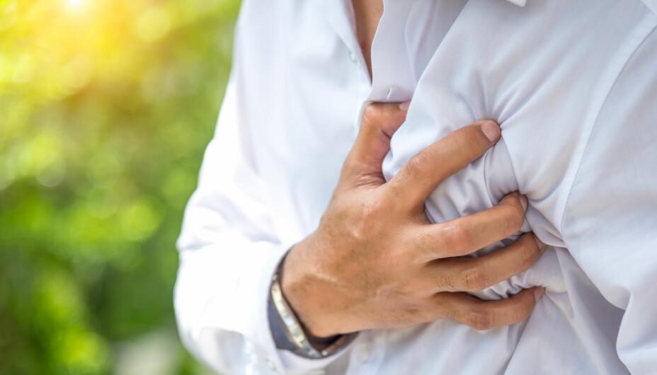 NÅR RINGE LEGEVAKT: Hvis du får brystsmerter, skal du ikke vente til legekontoret åpner neste morgen.