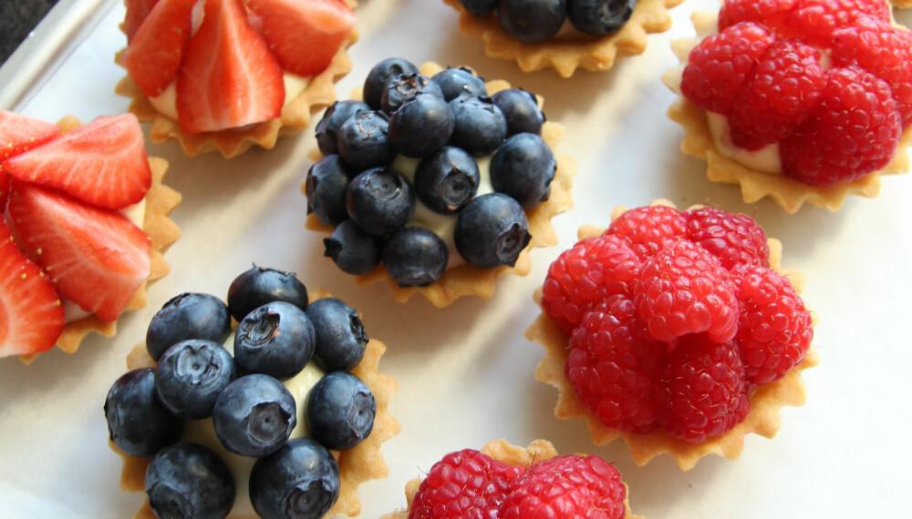 4.Fyll og dekorer med frukt og bær.