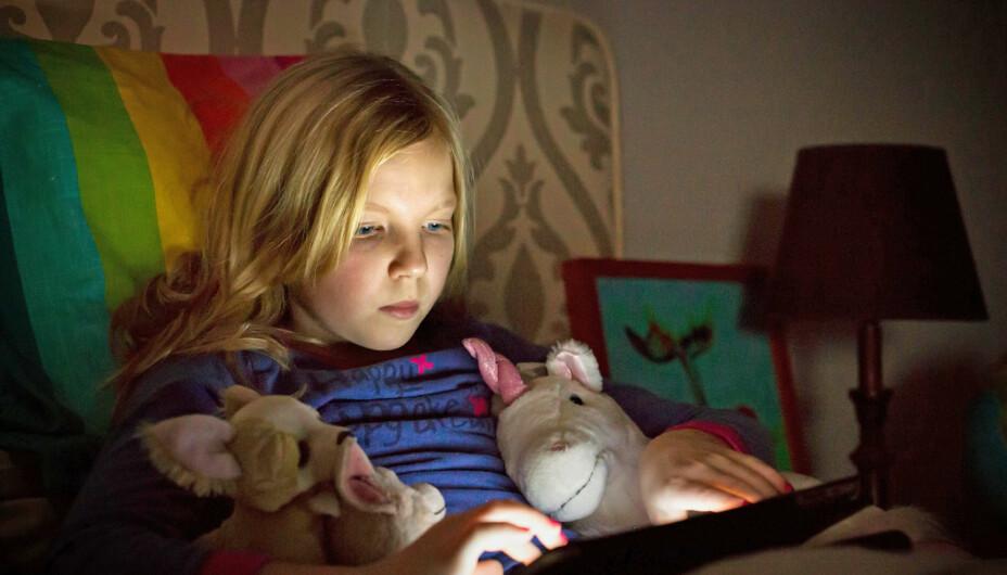 ALVORLIG:– Alvorligere er det når barnet ikke får sove før langt utpå kvelden og får underskudd på søvn, sier professor i barenpsykologi, Willy-Tore Mørch, om barns skjermbruk.