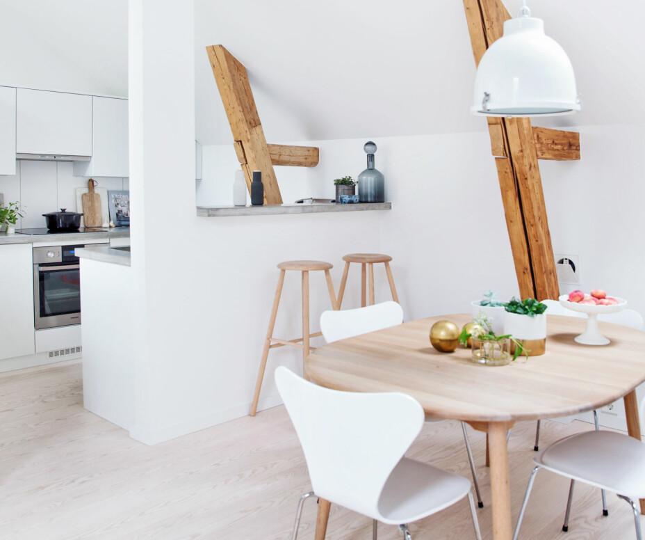 Rundt det uttrekkbare spisebordet fra danske Haslev Møbelsnedkeri står klassikerne, Syvern, designet av Arne Jacobsen. Lampen over bordet er fra Ryetti, kjøpt hos Verket Interiør.