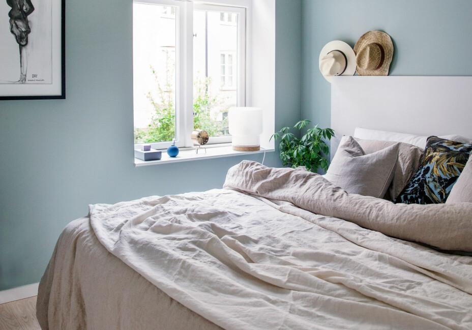 I andre etasje ligger soverommet med duse grønne vegger. Sengetøyet i lin er fra HM Home, og stråhattene er fra en reise i Mexico. Sengegavlen er en malt mdf-plate som er skrudd fast i veggen, platen er malt i Morgendis, Jotun. Veggene er malt i fargen Minty Breeze fra Jotun.