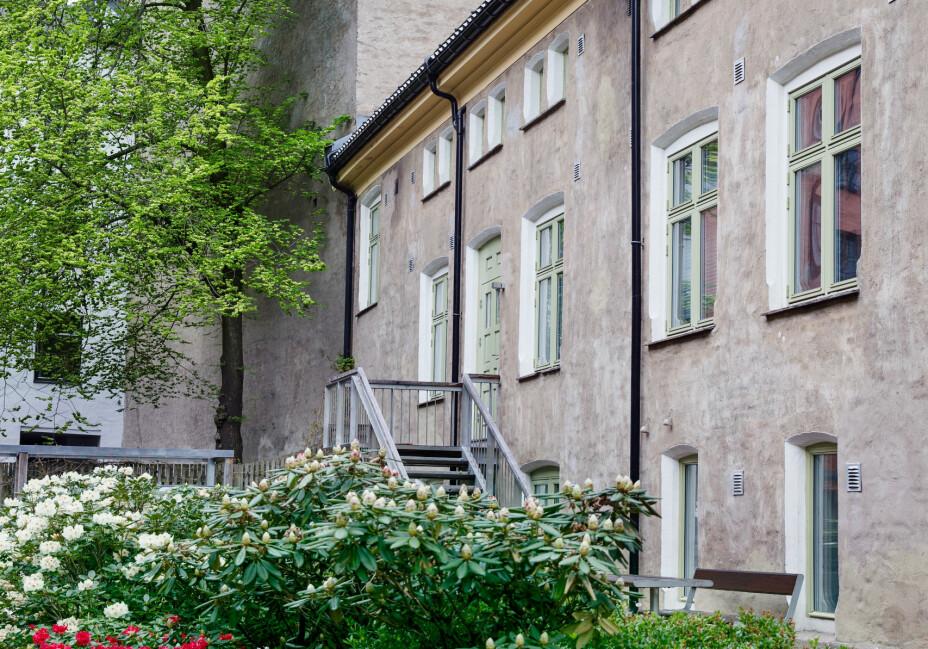 Leiligheten over tre plan har inngang fra en frodig bakgård, som er tegnet av Snøhetta arkitektkontor. Beliggenheten var avgjørende for Lines boligvalg, men også det arkitektoniske.