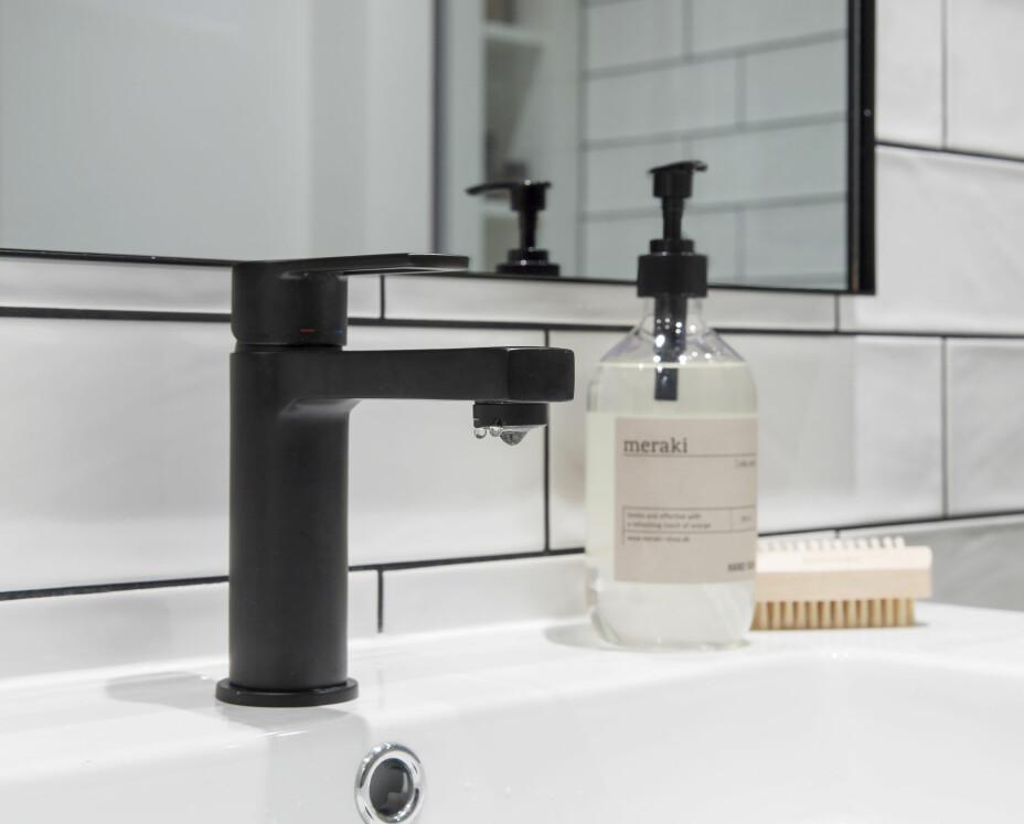 Speilet med svart ramme er fra AYTM Quadro, kjøpt hos M & M Bad og Design på Lørenskog. – Ikke fell speil inn i veggen. Du står mye friere til å bytte ut og endre uttrykk, om du har løse speil, råder Bernt.