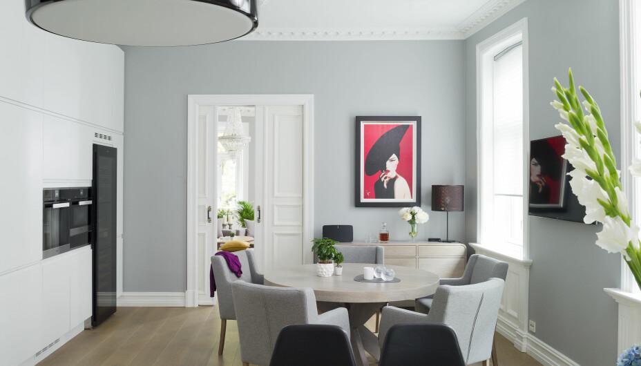 Bordet og sidebordet er fra Brubakken Home, laget av møbelsnekker. Stolene er fra Skeidar. Lampen over kjøkkenøya er Smithfield Pendel designet av Jasper Morrison, fra Flos. Maleriet er av Peter O´Neil, og har tittelen Allure.