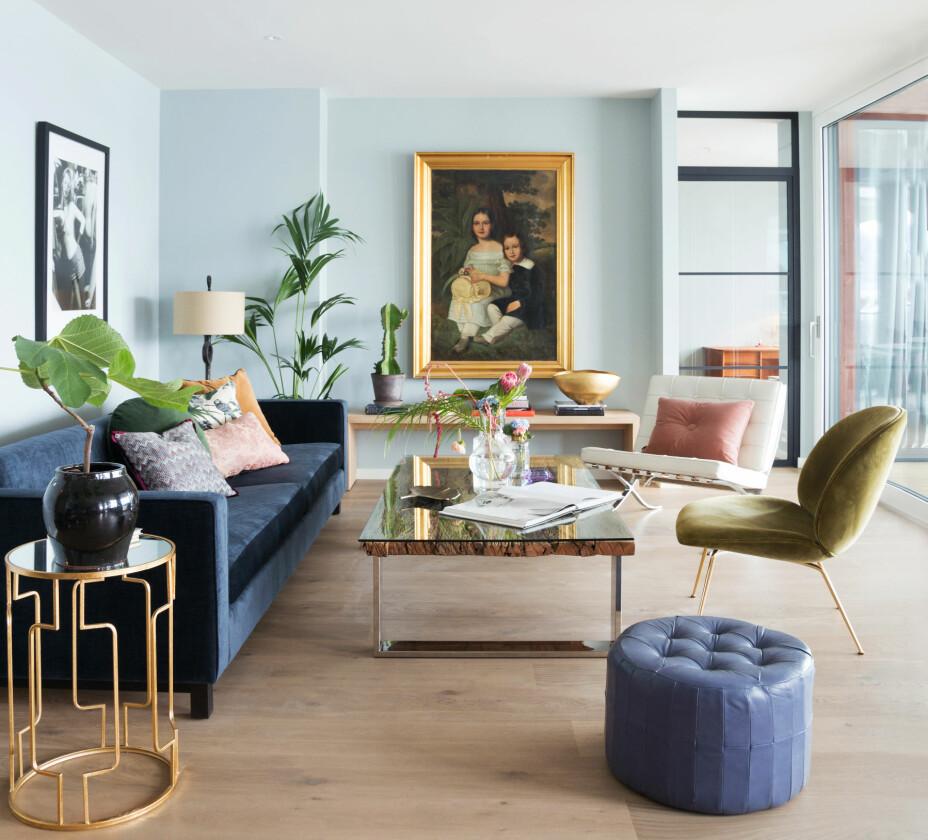 Den delikate blåfargen i stuen er Light blue fra Farrow & Ball. Sofaen og sofabordet Casa er fra Slettvoll. Den grønne stolen Beetle er fra Gubi, og maleriet med den gullfargede rammen har fulgt paret i mange år. Parketten er fra Boen. – Om sommeren tar vi gjerne bort det store gulvteppet vi har ellers i året, vi synes det gir en deilig sommerfølelse, sier Cecilie.
