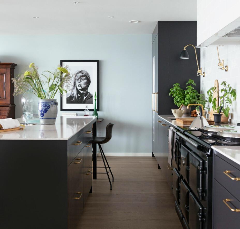 Den mørke kjøkkeninnredningen er fra Studio Kvänum. Alle veggene i leiligheten er malt i tre forskjellige nyanser fra Farrow & Ball; Daylight, Light Blue og Borrowed Light.