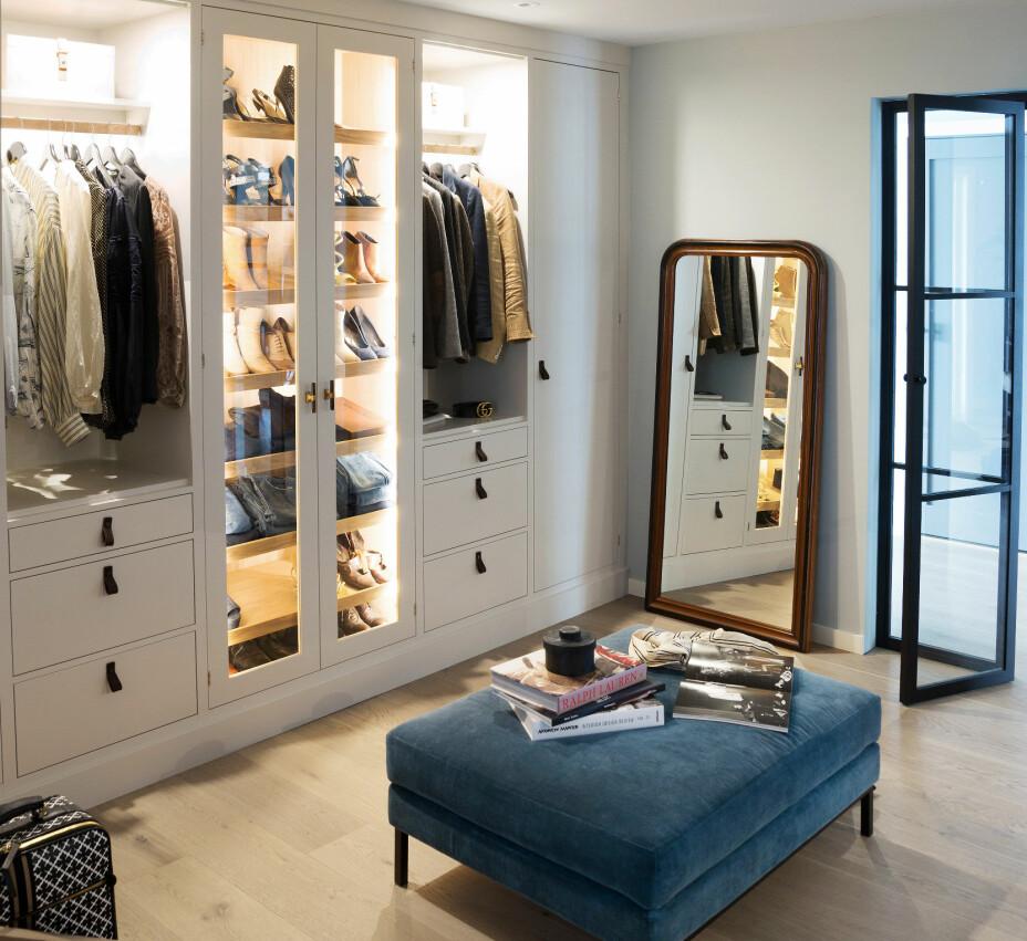 En drøm av et walk-in-closet! Det er nærmest gøy å brette klær når en har en garderobe som dette. Inneredningen med innebygget lys er fra Studio Kvänum. Puffen Elliot er fra Slettvoll.