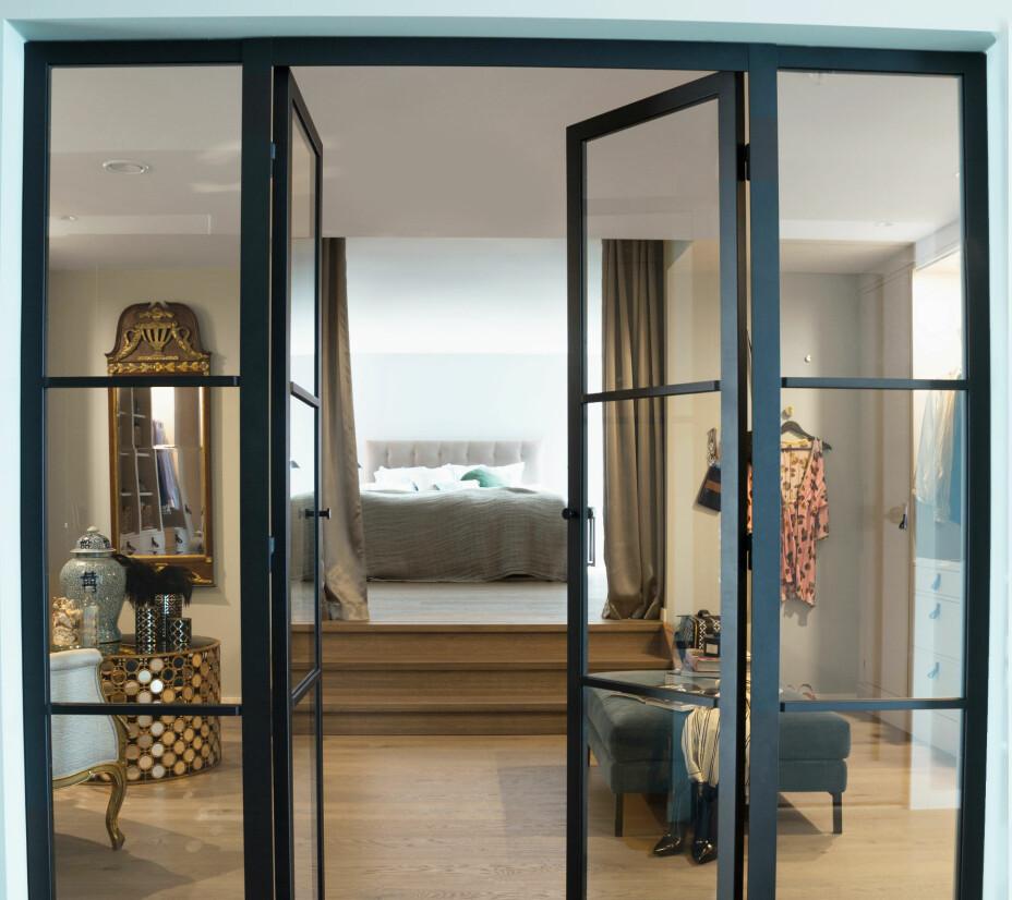 De industrielle ståldørene fra svenske Stolt Smide & Design er kontrast mot de svale fargene. – Jeg syns de gir ethvert hjem et helt spesielt særpreg, og vi er veldig fornøyde med hvordan dørene smelter inn her, samtidig som de skaper en spennende kontrast, sier Cecilie.