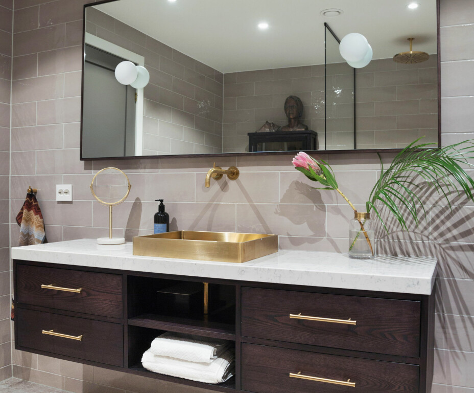 Innredningen på badet er laget av møbelsnekker Knut Rose Jensen. Vasken i messing er fra Tapwell, og armaturen er fra Vola. Gulvflisene er fra Fired Earth.