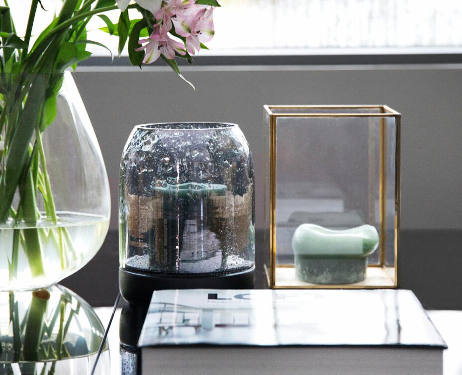 Skap vakre stilleben, slik som Birthe har gjort. Vasen er fra Georg Jensen og lyktene er kjøpt på Hjem Kjære Hjem.