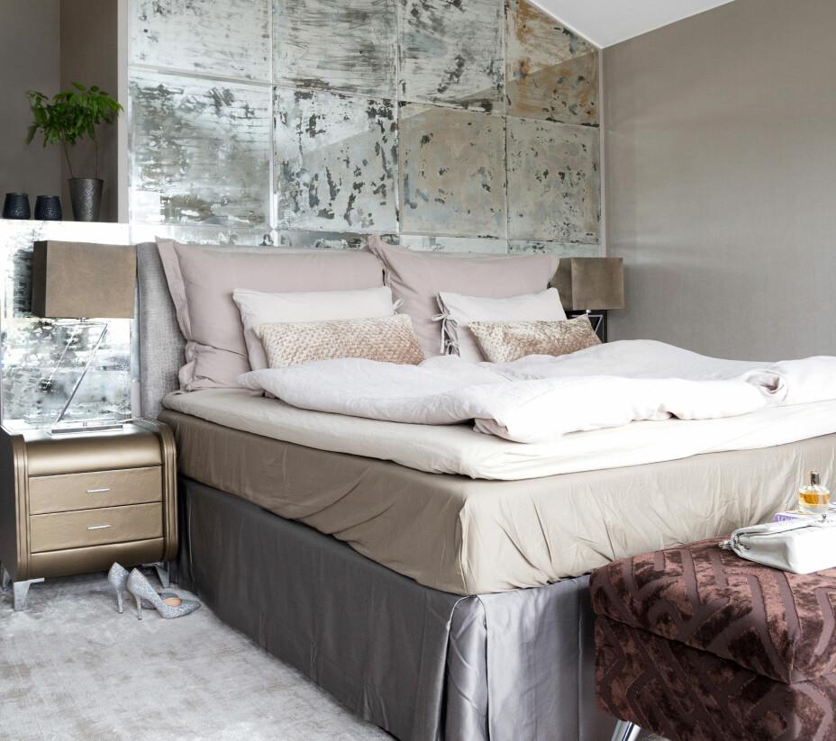 På soveromsveggen kommer Birthes kreative side frem. Speilveggen bak sengen er laget av speil fra Ikea, som Birthe har gått løs på med saltsyre og malingsfjerning. Men det er ikke det eneste hjemmelagde på soverommet. Lampeskjermene over nattbordene i lær er fra Thomas Hill og er spraymalt i matchende farge. Sengen er fra Wonderland og sengetøyet i lin er fra Ellos. Endebenken er fra Ikea, men trukket om av Birthe.
