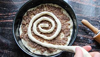Rull en pølse av resten av deigen. Legg på i spiralmønster.