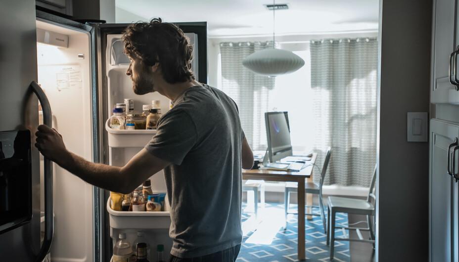 KJØLESKAP SOM BRÅKER: Lager kjøleskapet uvanlige lyder, bør du ta en sjekk. Vi forklarer hvordan.