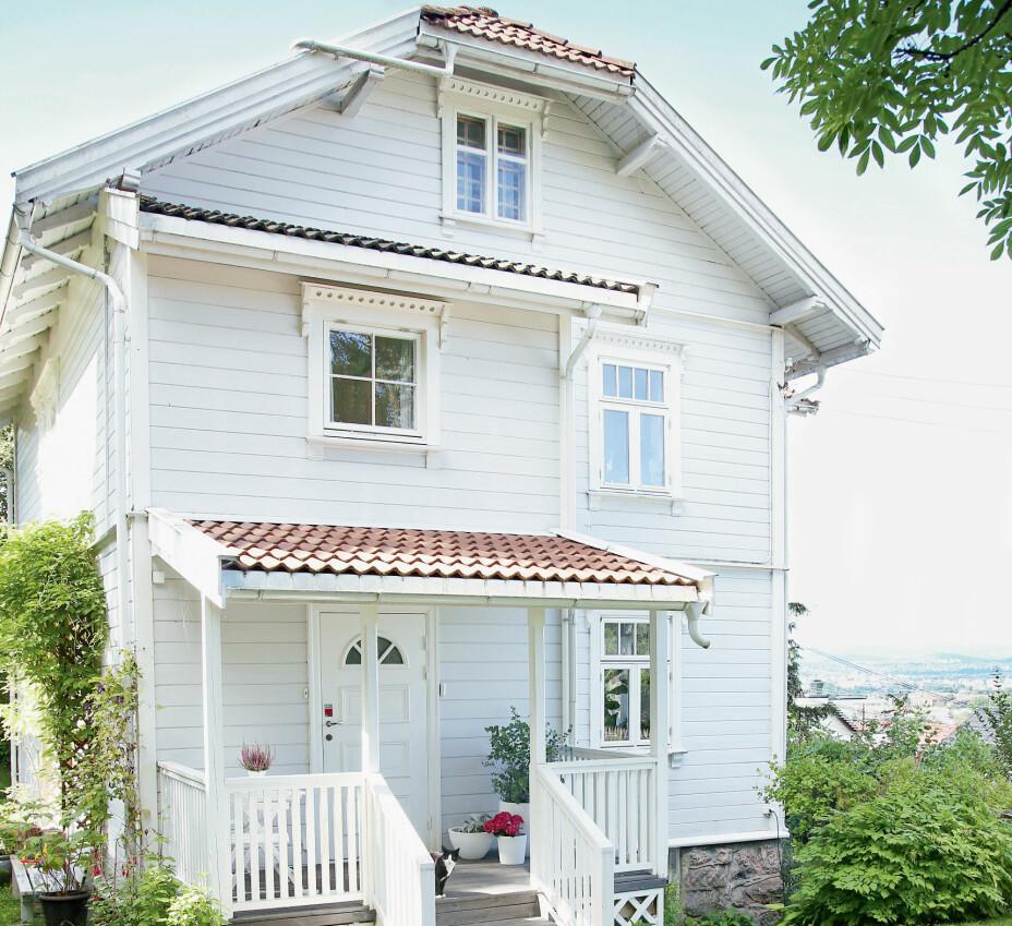 SVEITSERVILLA PÅ HØYENHALL: Hilde og Andreas hadde ikke hørt om Høyenhall før, men ble forelsket i både huset og området da de var her for første gang. –Vi ser hele byen herfra, helt over til Holmenkollen. Det er deilig å bo i en grønn oase og samtidig ha nærhet til byen, sier Hilde.