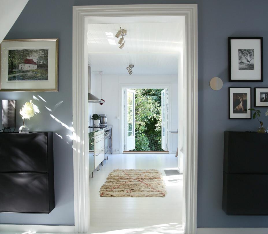 Hilde malte gangen med Pilasterblå 4017 fra Jotun. På veggen henge svarte skoskap fra Ikea. Teppet er marokkansk og er kjøpt på GipsyDesign via etsy.com.