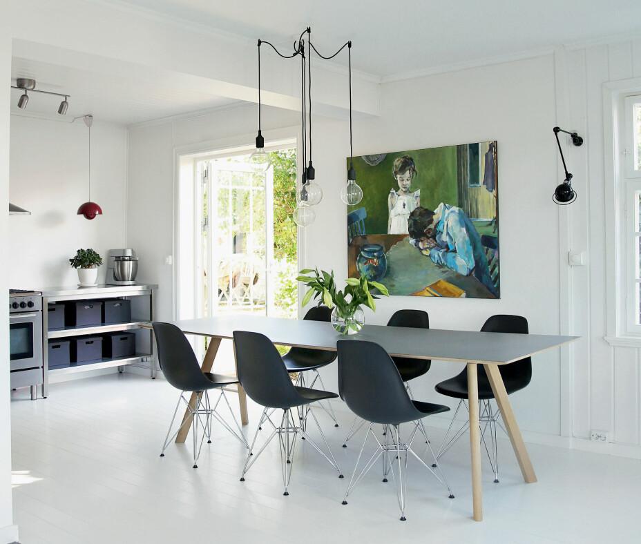 Vegger, tak og gulv er malt i samme nyanse av hvitt av de tidligere eierne. – Vi elsker at de har gitt oss en ren base som vi kan leke oss med. Dessuten er lyset helt fantastisk, og når solen skinner inn gir det så mye varme at rommet aldri føles kaldt, selv om det er hvitt, sier Hilde. Spisebordet er fra Hay og stolene er designet av Charles & Ray Eames. Taklampen er pendler fra Muuto, den på veggen er fra Jieldé. Maleriet heter Gullfisken og er malt av Ingebjørg Støyva.