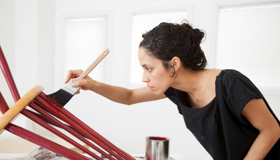 MALE MØBLER: Ved maling av møbler er grunnarbeidet like viktig som selve malingen. Slik får du få gamle Ikea-møbler og tilsvarende til å skinne.