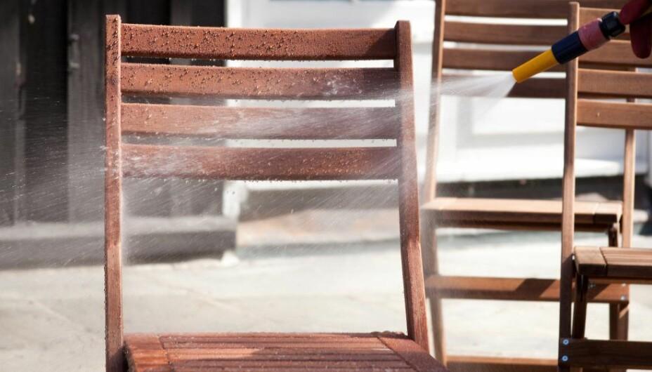 HAGEMØBLER OG VEDLIKEHOLD:: Alle hagemøbler bør få en ordentlig vask før de stues bort for vinteren.