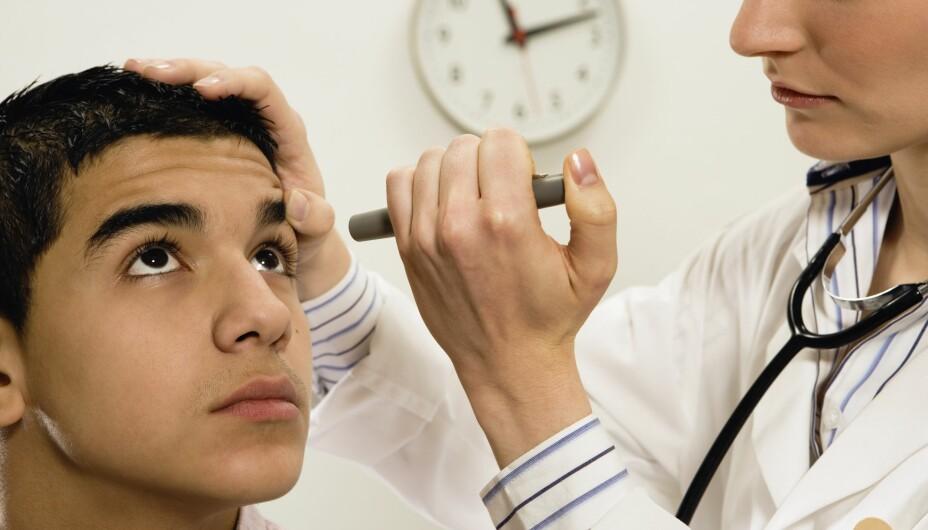 ØYNENE KAN VISE SYMPTOMER PÅ SYKDOM: En lege kan rask få et inntrykk av en persons allmenntilstand ved å se på øynene.