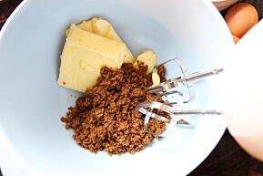 Start med å røre smør og sukker lyst og luftig.