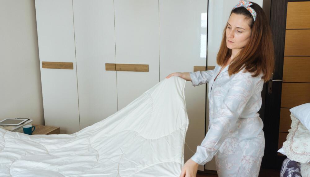 VASKE SENGETØY: Hvor ofte man bør vaske sengetøyet sitt, kommer blant annet an på om man ligger i det hele uken og om man svetter mye. Ukentlig er nok å anbefale, men hver 14. dag er også helt greit, sier ekspert.