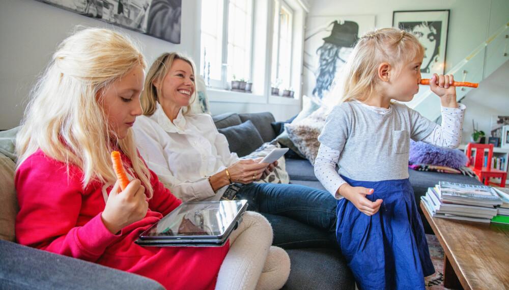 SOFATID: Sommer Linnea (7) og mor Laila Madsö slapper av med Kindle, iPad og gulrøtter.