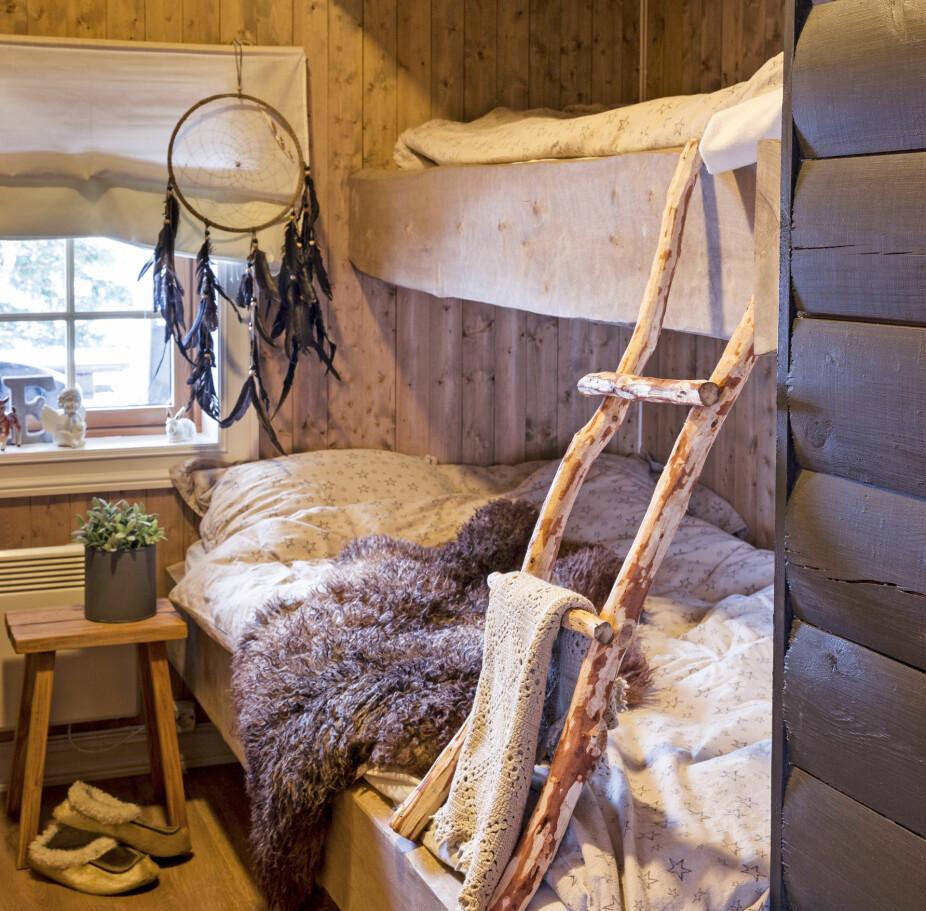 KNAGG: Naturelementer og strikk er en nydelig kombinasjon, og det er en god idé å la de fineste plaggene henge fremme. God plass. Familien har utnyttet plassen godt og har fått plass til tre sengeplasser på det ene soverommet. Til sammen har de tre soverom på hytta og har gjerne besøk av familie og venner.