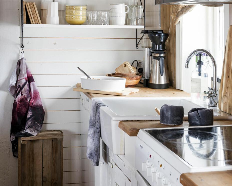 SMART LØSNING: Familien har ikke overskap på kjøkkenet, men ekstra hyller er alltid kjekt. Christel er opptatt av interiør, og innreder gjerne med gjenbruk.