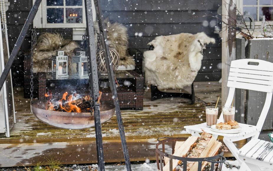 PRAKTISK BÅLPANNE: Det snør store flak på Storvallen, som ligger kun en drøy time hjemmefra. Familien har tent opp i bålpanna, marshmallows og kakao er gjort klar og skinn er lagt i stolene. Alt er duket for utekos.