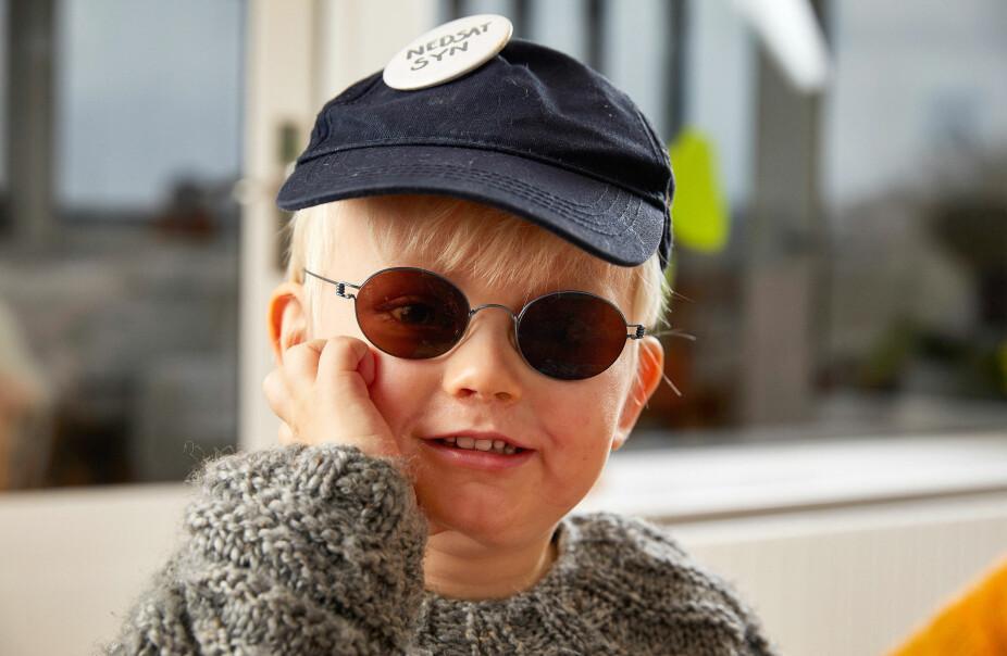"""VIGGO ER ALBINO: Solbriller mot skarpt lys og et merke med """"nedsatt syn"""" på capsen. Så er Viggo klar for lekeplassen ute."""