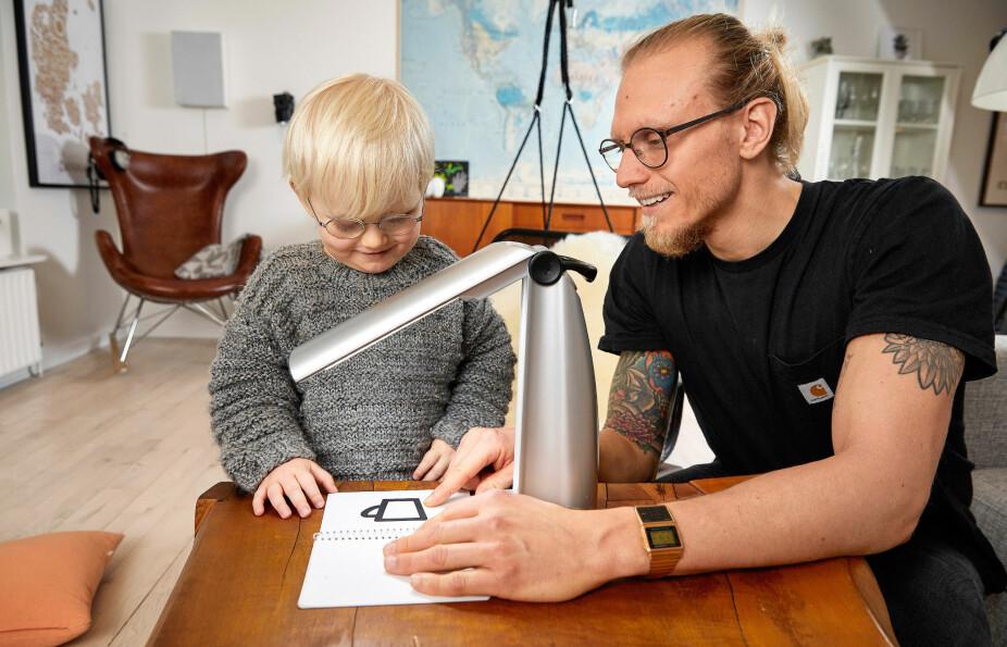 SUPERLYS: Det er installert spesiallys hjemme og i Viggos barnehage, og familien har en bærbar lampe som de tar med overalt.