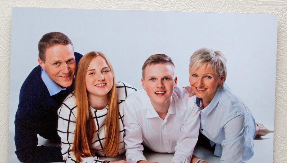 LYKKELIGE: Da Amalie ble konfirmert, gikk hele familien til fotografen. Det er de glad for i dag.