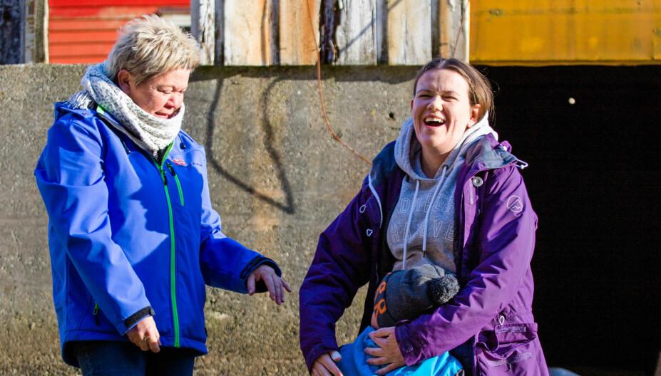 FERIE: Bente og Anne er fra Odda men bor i Haugesund og Bergen. Så ofte de kan møtes de i feriehuset i Fjæra.