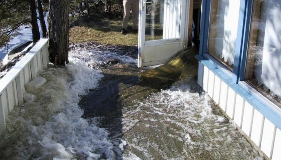 VANNSKADE: Når vannet flommer ut av boligen din, er det ikke så mye annet å gjøre enn å ringe forsikringsselskapet og brannvesenet med sine pumper.